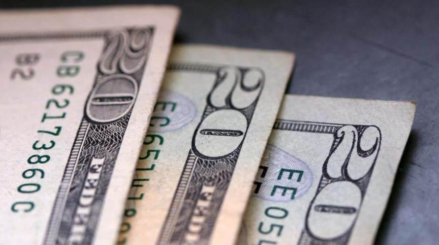 Notas de dólar: moeda americana perdia preço em ambiente otimista