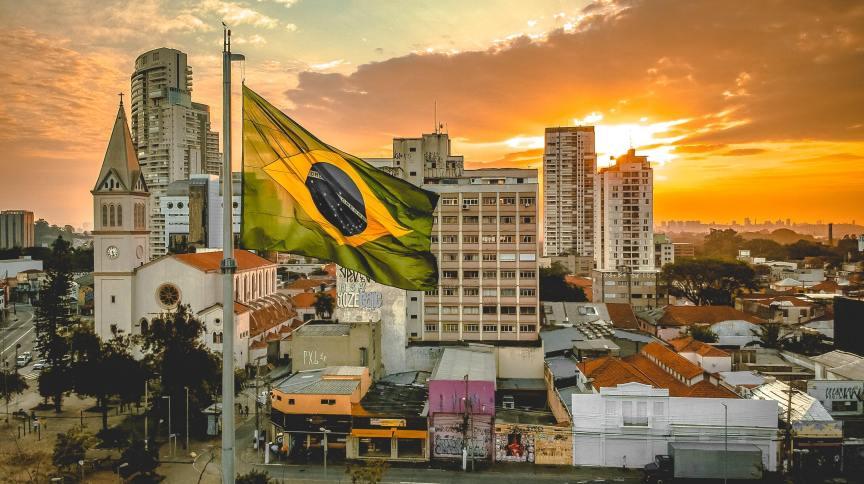 Cidade brasileira com bandeira do Brasil