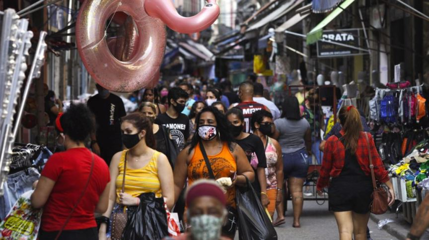 Consumidores caminham por rua comercial do Rio de Janeiro