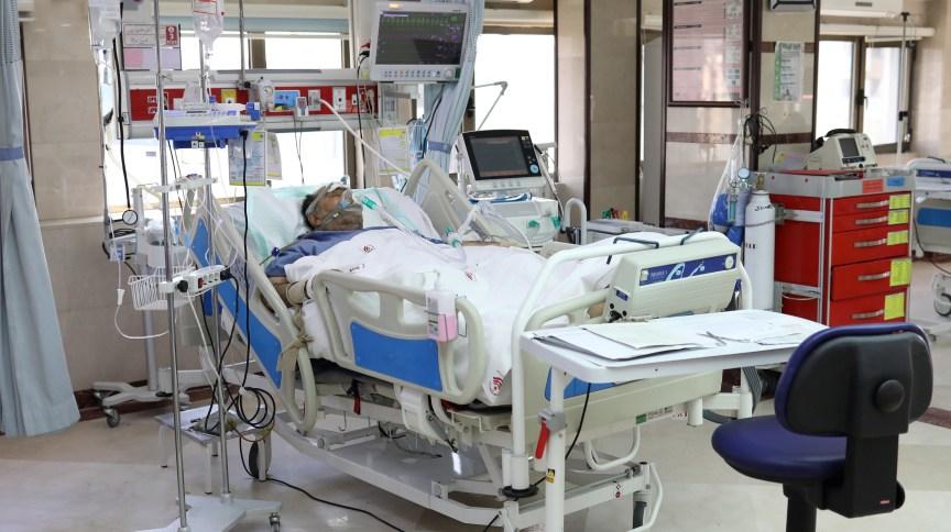 Paciente com coronavírus respire com ajuda de aparelhos em hospital de Teerã, no Irã