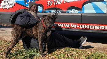 Um homem sem-teto arriscou a vida para salvar cachorros e gatos de um abrigo após o local pegar fogo
