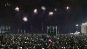 País, que celebrou chegada do Ano-Novo ao meio-dia no horário de Brasília, transmitiu imagens ao vivo da comemoração