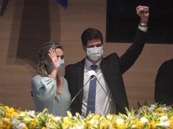 Após os ritos na Câmara, Campos foi até a prefeitura do Recife com sua vice, Isabella de Roldão (PDT) para uma cerimônia de transmissão de cargo