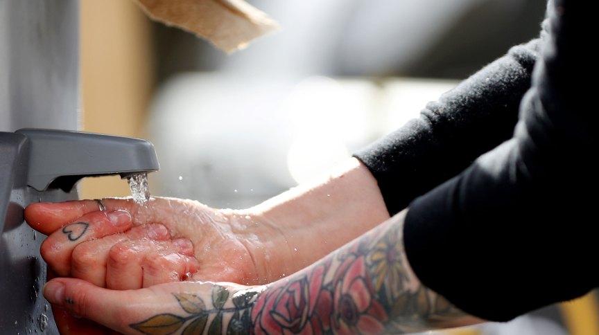 Lavar as mãos com água e sabão é uma das medidas mais eficazes para combater o novo coronavírus