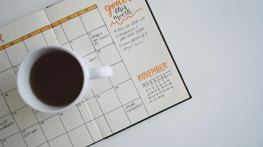Agenda, café e planejamento mensal