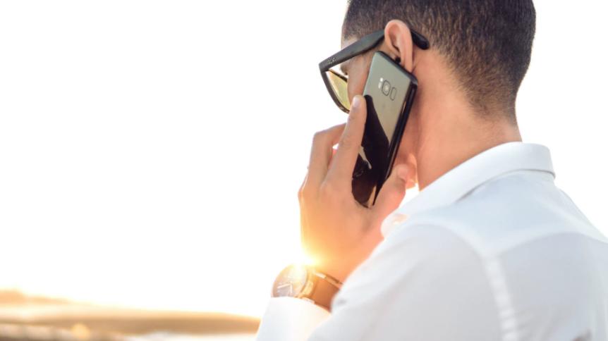 Homem recebe ligação de Call Center em celular
