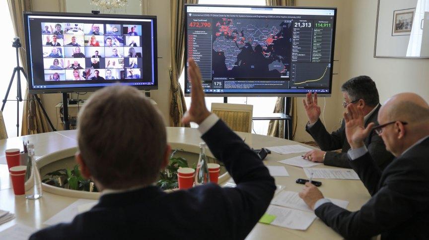 Membros de comissão de combate ao coronavírus em Lviv, Ucrânia, em teleconferência pelo aplicativo Zoom