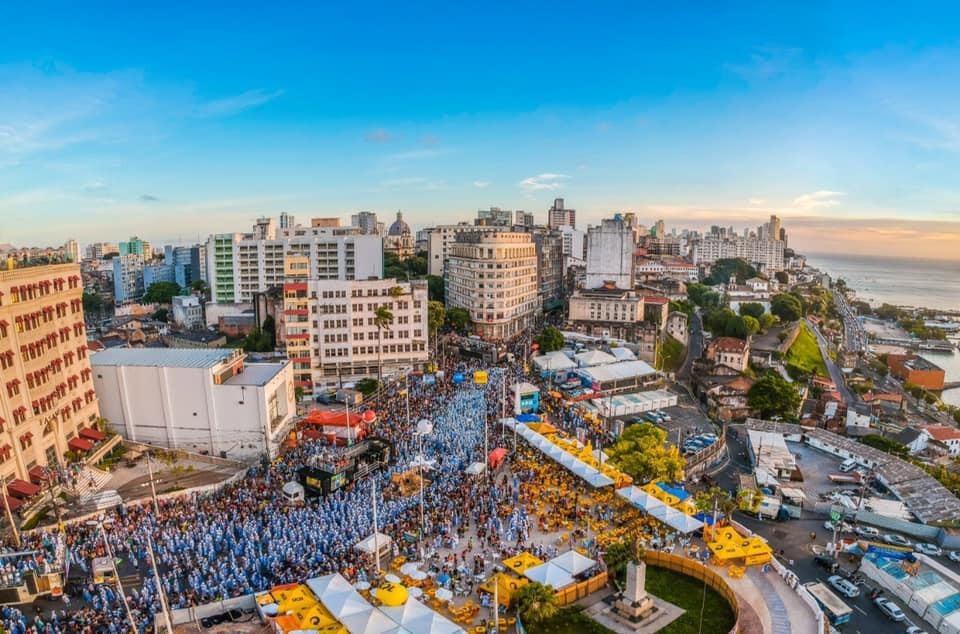 Multidão nas ruas de Salvador, capital da Bahia, durante Carnaval