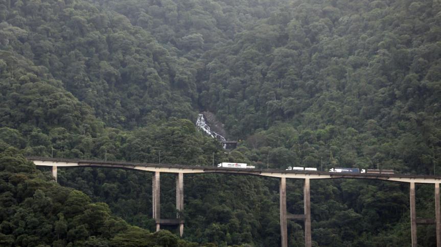 Caminhões trafegam na Rodovia dos Imigrantes na cidade de Cubatão
