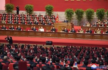O líder norte-coreano Kim Jong Un discursou no 8º Congresso do Partido dos Trabalhadores. Imagens não mostram adoção de protocolos contra a Covid-19