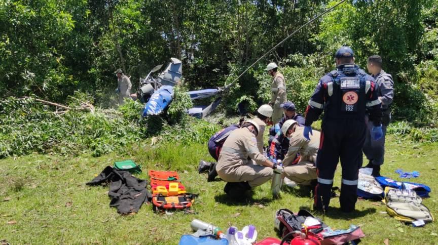 Segundo bombeiros, duas pessoas estavam a bordo da aeronave