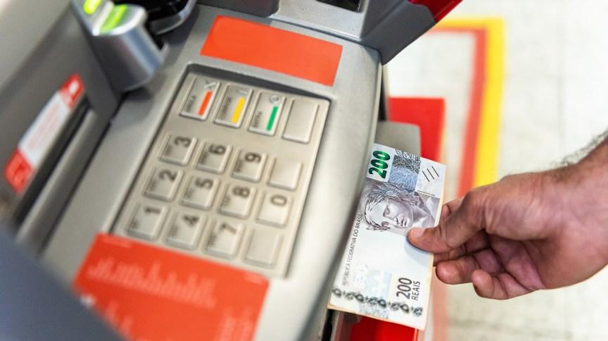 Usuário faz saque de dinheiro em terminal do Banco24Horas, instituição controlada pela TecBan