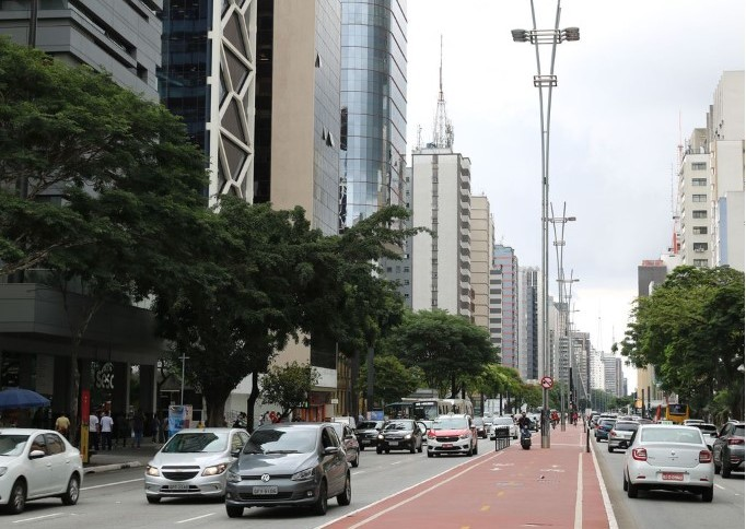 Movimentação de carros e pedestres na avenida Paulista, em São Paulo