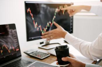 """Antes muito técnicas e acostumadas a falar """"difícil"""", essas áreas estão tendo de desenvolver ferramentas para atingir o novo público pouco experiente no mercado"""