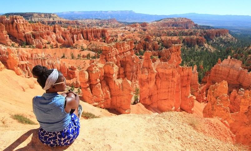 Canadense Oneika Raymond ficou famosa por postar fotos incríveis das viagens que fazia