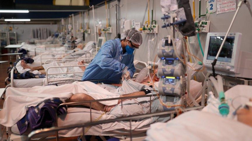 Enfermeira trata de paciente com Covid-19 em hospital de campanha em Santo André, São Paulo
