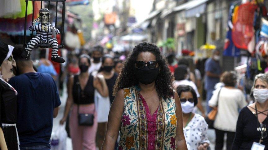 Movimentação em rua comercial do Rio de Janeiro durante pandemia da Covid-19