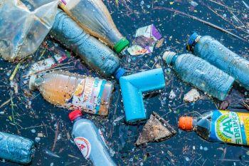 Pequenos pedaços de plástico podem ser levados pelo ar por continentes inteiros; 22 mil toneladas desse material são depositados nos EUA a cada ano