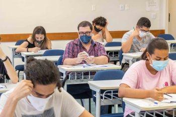 Mais de 130 mil candidatos se inscreveram para o exame, que teve abstenção de 13,2%; nível é o mais alto dos últimos anos