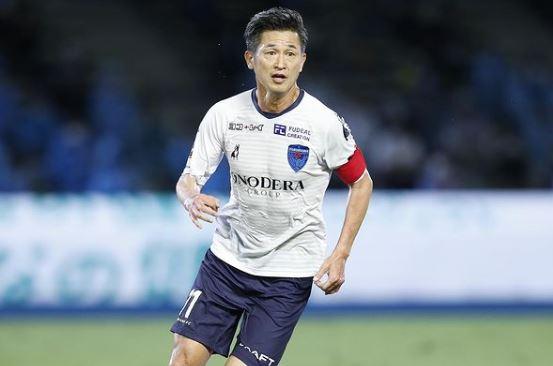 Kazu com a camisa do Yokohama FC