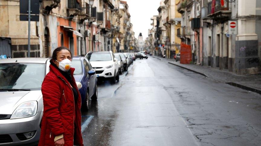 Mulher usa máscara protetora em Catânia, Itália, em meio á pandemia de COVID-19