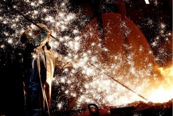 Segundo a Eurostat, a produção industrial nos 19 países que usam o euro subiu 2,5% em novembro sobre outubro, registrando declínio de 0,6% na comparação anual
