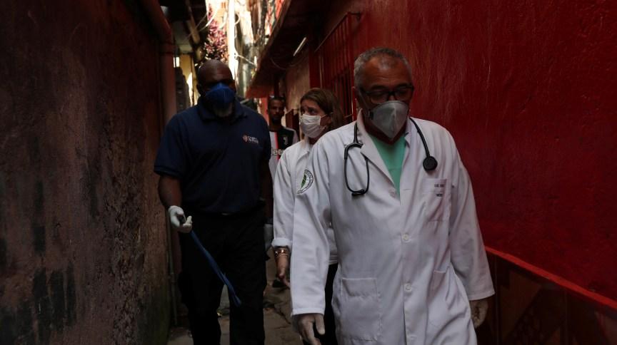 Equipe médica caminha por Paraisópolis, em São Paulo