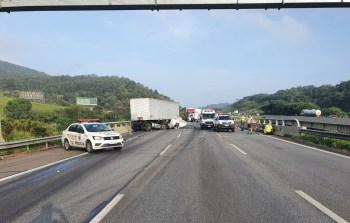 Dois caminhões, um automóvel e uma motocicleta se envolveram no acidente