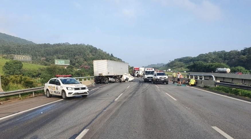 Acidente entre caminhões, carro e motocicleta na Rodovia dos Bandeirantes, em Jundiaí (SP)
