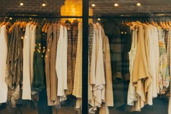 As minúsculas fibras sintéticas podem entrar no abastecimento de água em águas residuais de fábricas ou de pessoas lavando suas roupas