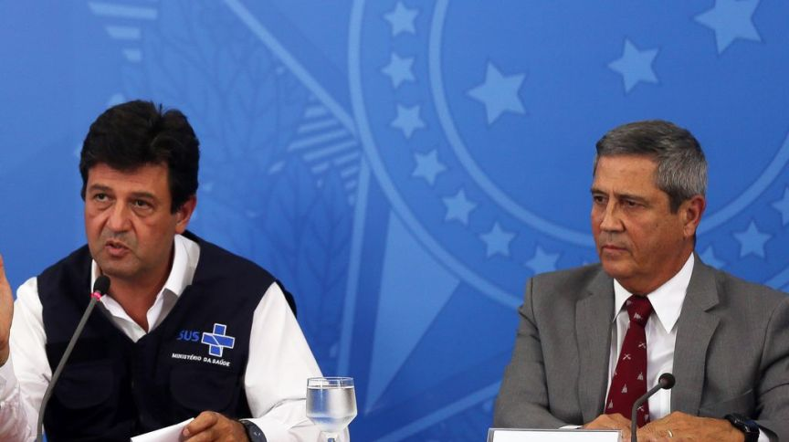 Os ministros da Saúde, Luiz Henrique Mandetta, e da Casa Civil, Walter Braga Netto, durante entrevista coletiva no Palácio do Planalto