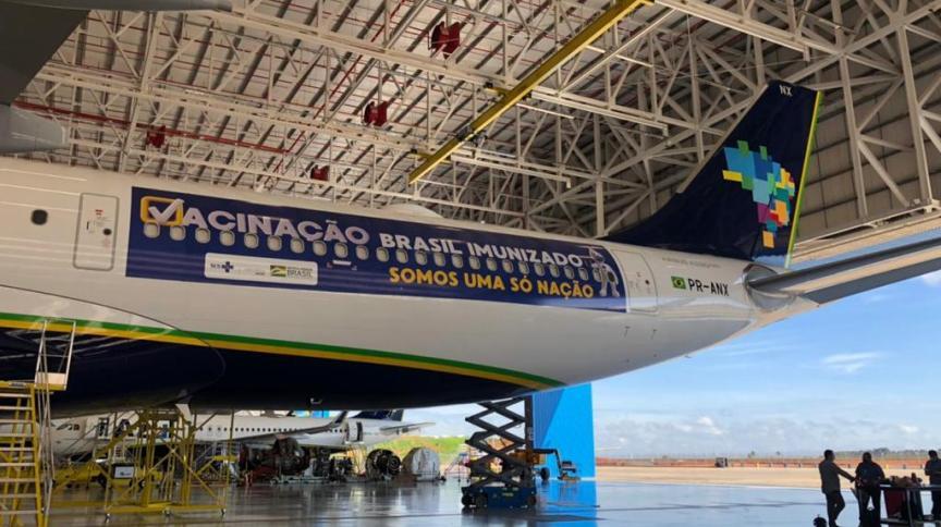 """Avião da Azul que buscará vacinas na Índia tem inscrição """"Brasil imunizado, somos só uma nação'"""