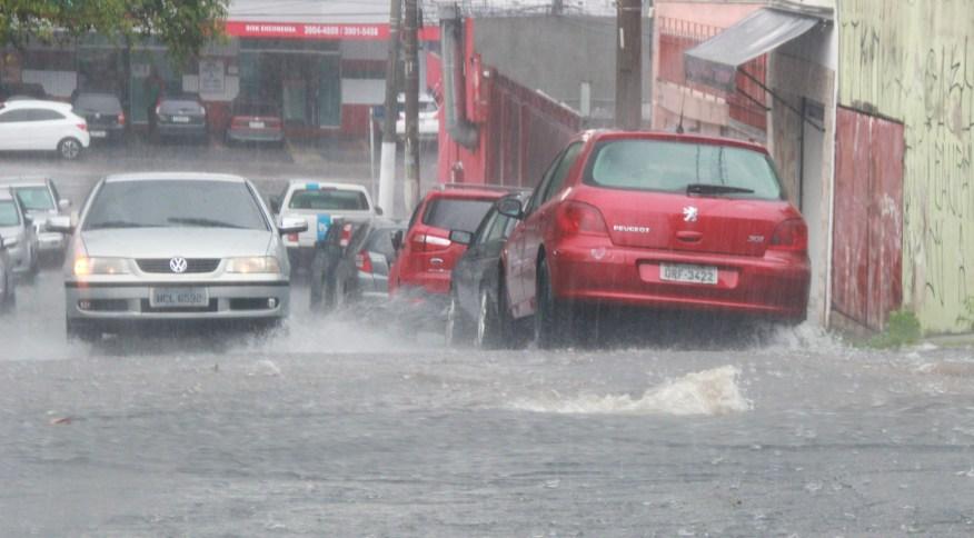 Ponto de alagamento na zona norte de São Paulo durante forte chuva