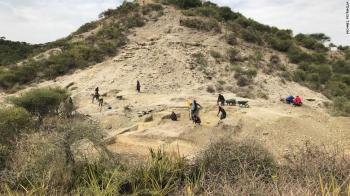 """Pesquisadores descobriram as ferramentas de pedra mais antigas já vistas na garganta do cânion Ewass Odulpa, conhecido como """"berço da humanidade"""""""