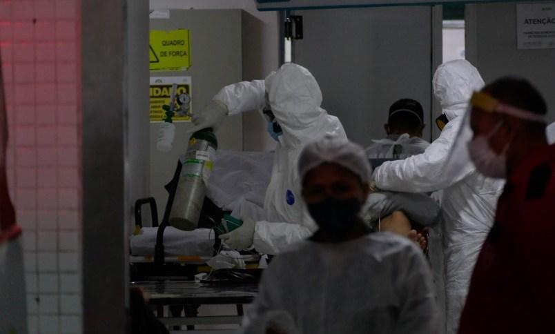 Paciente com Covid-19 recebe atendimento médico em Manaus