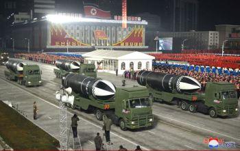 Coreia do Norte realiza grande desfile para exibir poderio militar dias antes da posse de Joe Biden. Analistas comentam as intenções de Kim Jong Un com parada