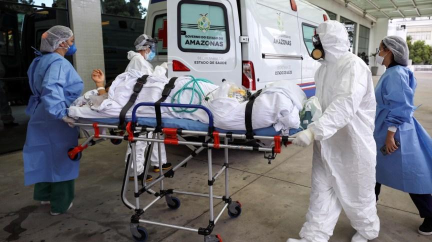 Paciente é transferido de ambulância para hospital em Manaus