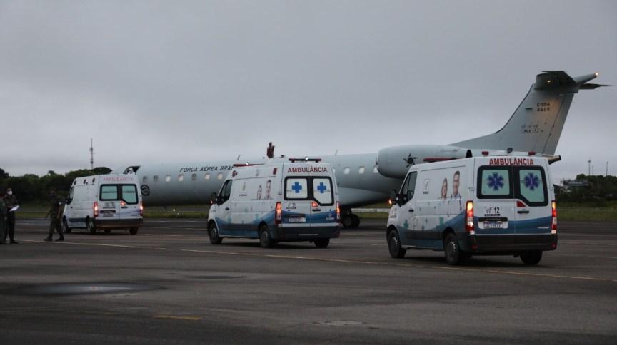 Ambulâncias com pacientes infectados pelo novo coronavírus chegam ao aeroporto de Manaus para transferência a outros estados