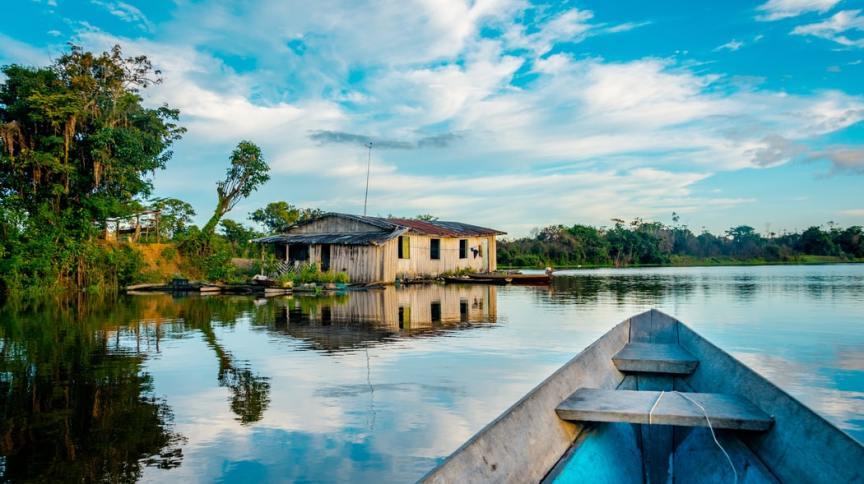 Casa sob céu azul na Amazônia brasileira. Fundos ESG focam no cuidado ambiental