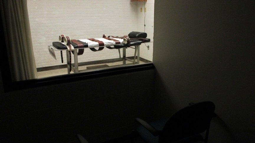 Câmara da morte com maca para aplicação de injeção letal
