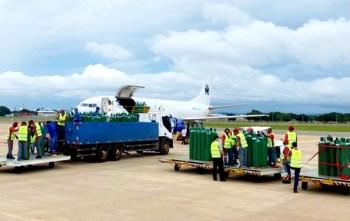 De acordo com artistas, foram doados 150 cilindros para a capital manauense, transportados de avião na manhã deste sábado (16)