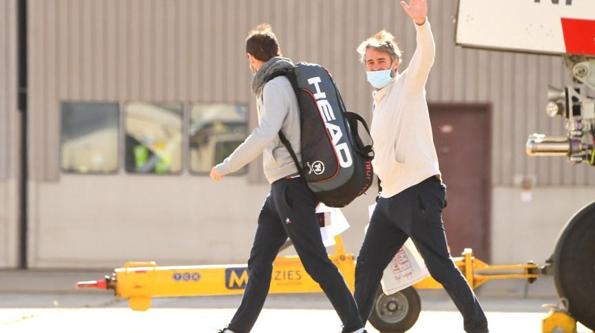 Jogadores de tênis e comissão deixam voo procedente de Doha para Melbourne