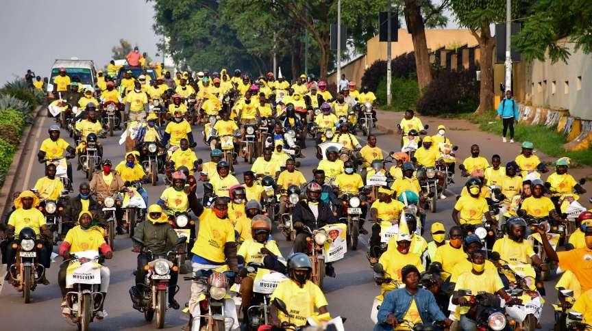 Apoiadores do presidente de Uganda Yoweri Museveni comemoram vitória em eleição (16.jan.2021)