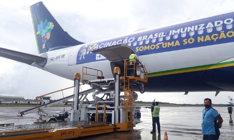 Carga de oxigênio é descarregada no aeroporto de Manaus