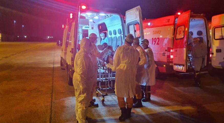 Bombeiros e SAMU de Brasília recebem 15 pacientes com Covid-19 transferidos de Manaus