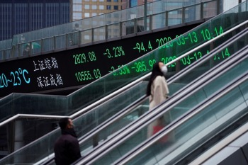 Na China continental, a questão da Evergrande pesou em papéis de outras imobiliárias. Já as ações de siderúrgicas, que vivenciaram um rali nas últimas semanas, sofreram fortes perdas
