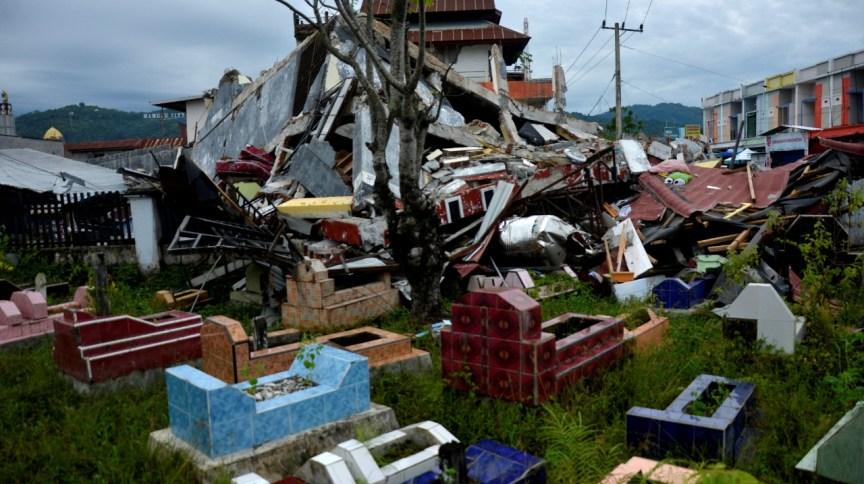 Edifícios destruídos por terremoto que atingiu Mamuju, na Indonésia, na sexta-feira (15).