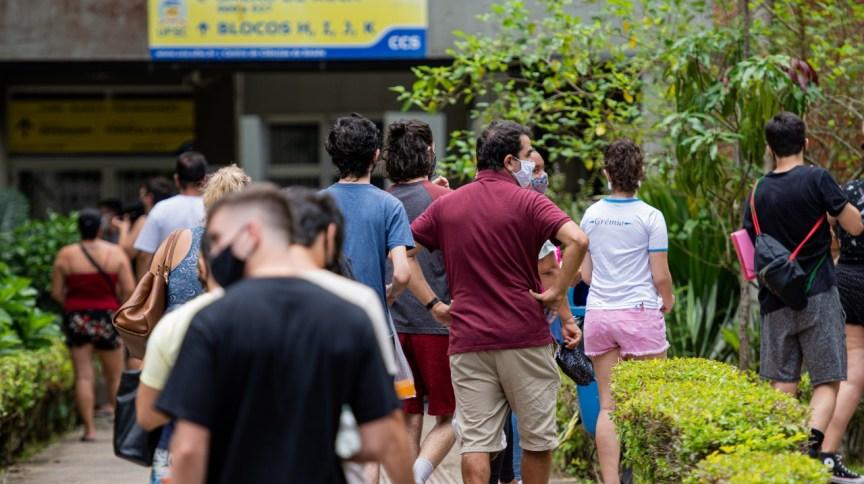 Movimentação de candidatos na Universidade Federal de Santa Catarina, em Florianópolis, no 1º dia de prova do Enem 2021