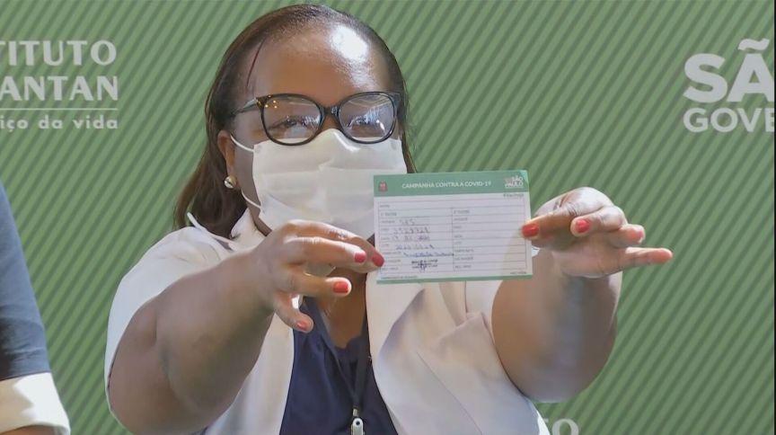 Primeira brasileira vacinada no Brasil, Mônica Calazans exibe seu cartão de vacinação (17 jan 2021)