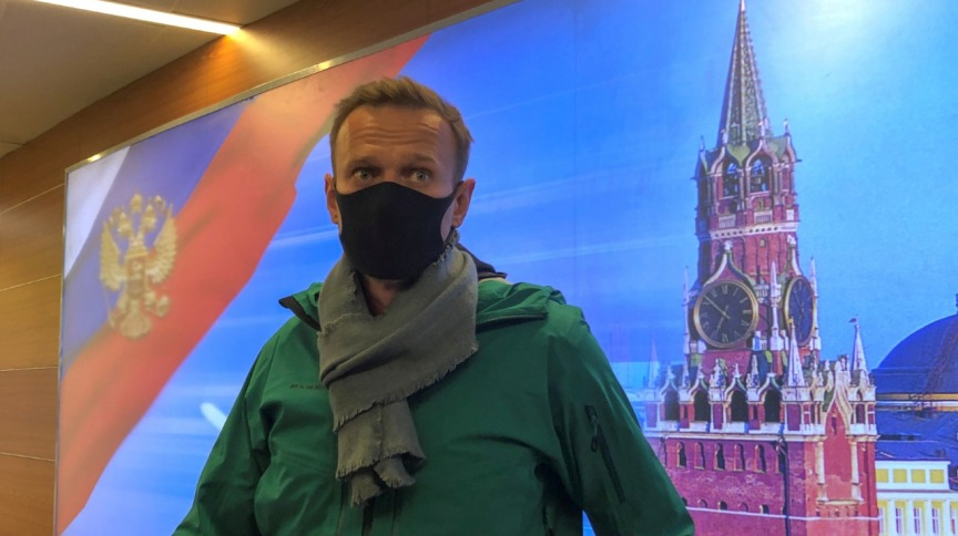 Navalny na chegada ao aeroporto de Moscou neste domingo (17)